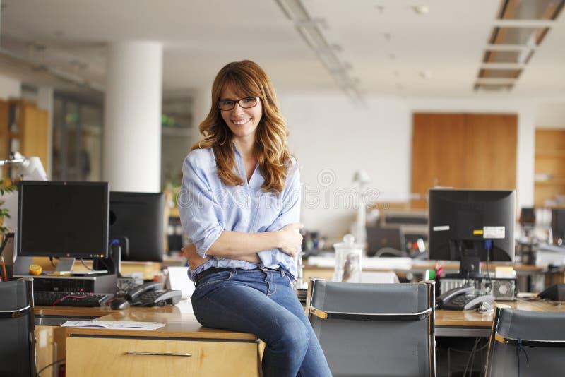 Mogen affärskvinna i regeringsställning arkivbild