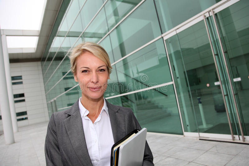 Mogen affärskvinna som går till att möta fotografering för bildbyråer