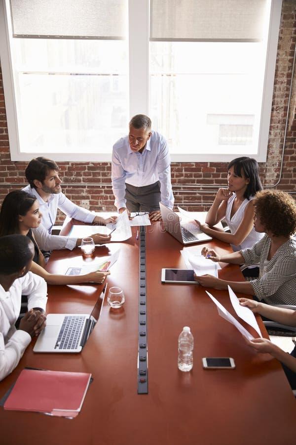 Mogen affärsman Addressing Boardroom Meeting arkivbilder