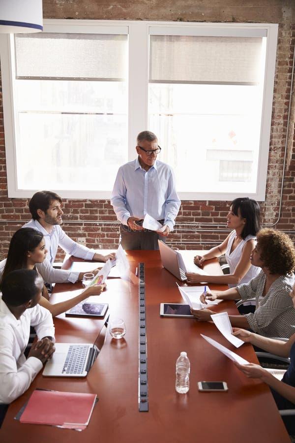 Mogen affärsman Addressing Boardroom Meeting arkivbild