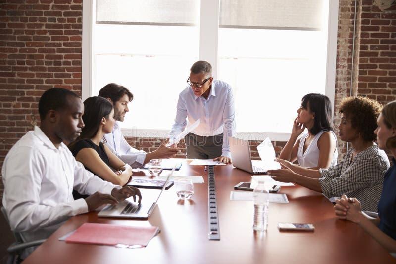 Mogen affärsman Addressing Boardroom Meeting arkivfoton