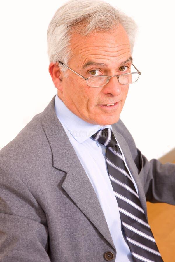 Mogen affärsman i regeringsställning royaltyfri foto