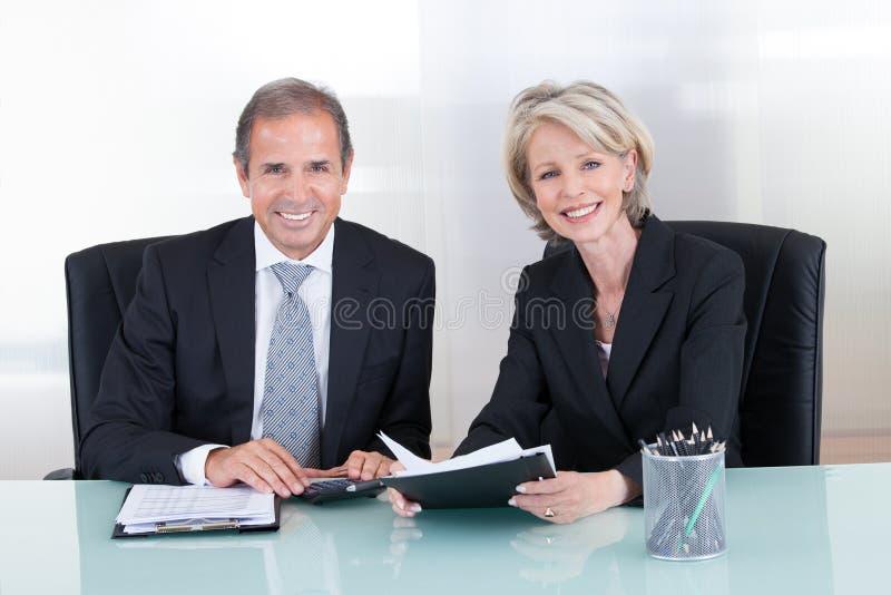Mogen affärsman- och affärskvinnaplanläggning royaltyfri fotografi