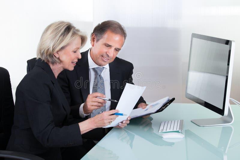 Mogen affärsman- och affärskvinnaplanläggning arkivfoton