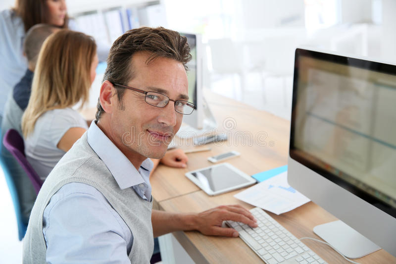 Mogen affärsman som arbetar på datoren arkivfoto