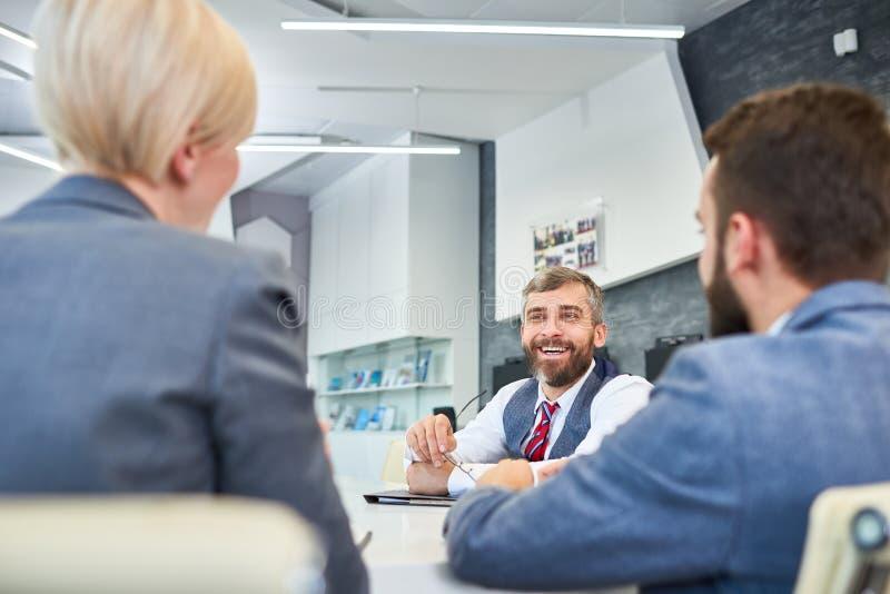 Mogen affärsman Talking till partners i möte arkivfoton