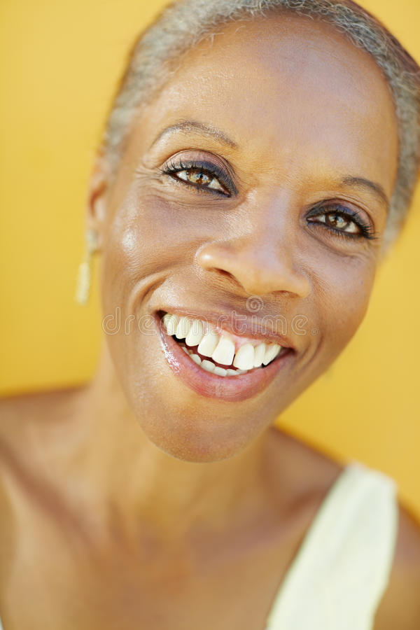 Mogen afrikansk kvinna som ler för glädje fotografering för bildbyråer
