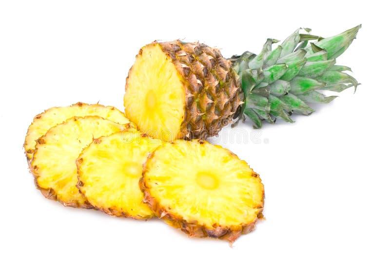 Mogen ananas med skivor arkivfoto
