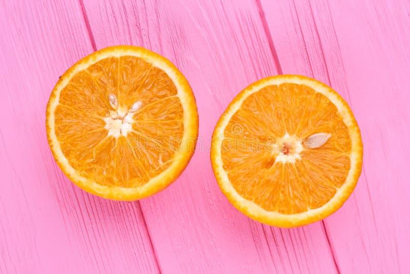 Mogen apelsin cutted på två halvor arkivfoto