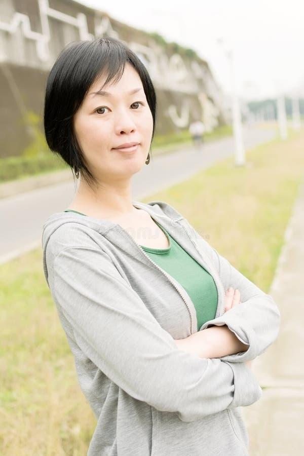 Mogen asiatisk kvinna för sport arkivfoto