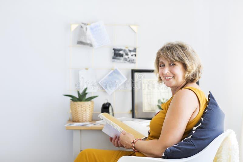 mogen avläsningskvinna för bok arkivbild