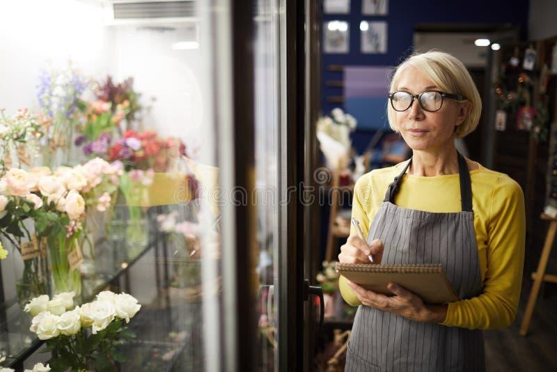 Mogen blomsterhandelchef royaltyfri fotografi