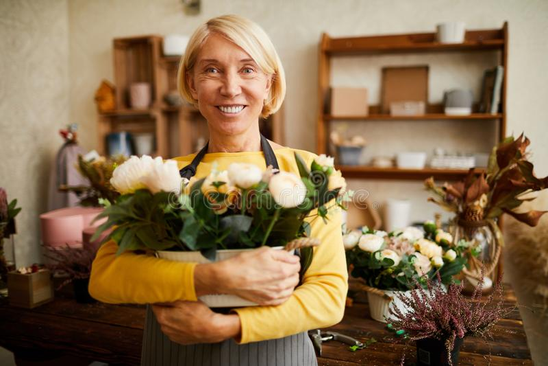 Mogen blomsterhandlare Holding Flower Bouquet arkivfoton