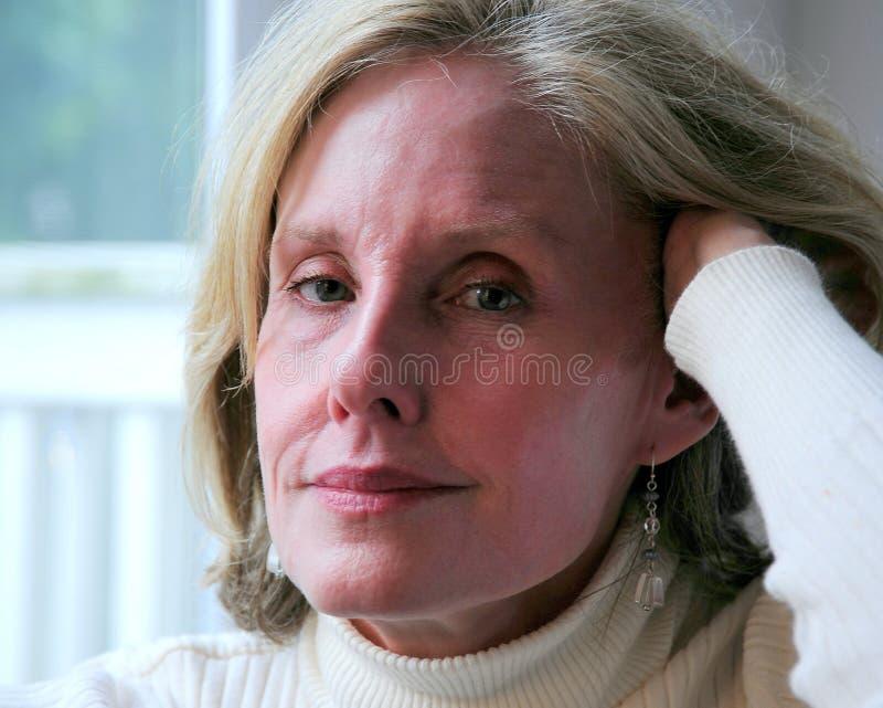 mogen blond kvinnlig för skönhet arkivbild