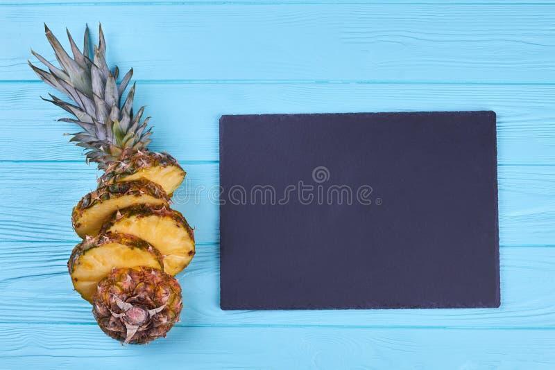 Mogen cutted ananas och att kritisera ställningen royaltyfri foto