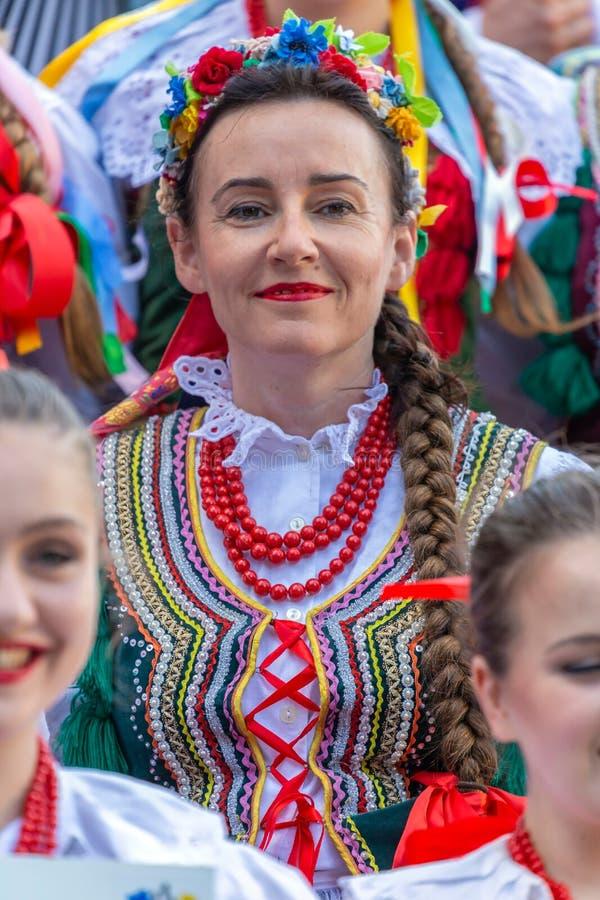Mogen dansarekvinna från Polen i traditionell dräkt royaltyfria foton