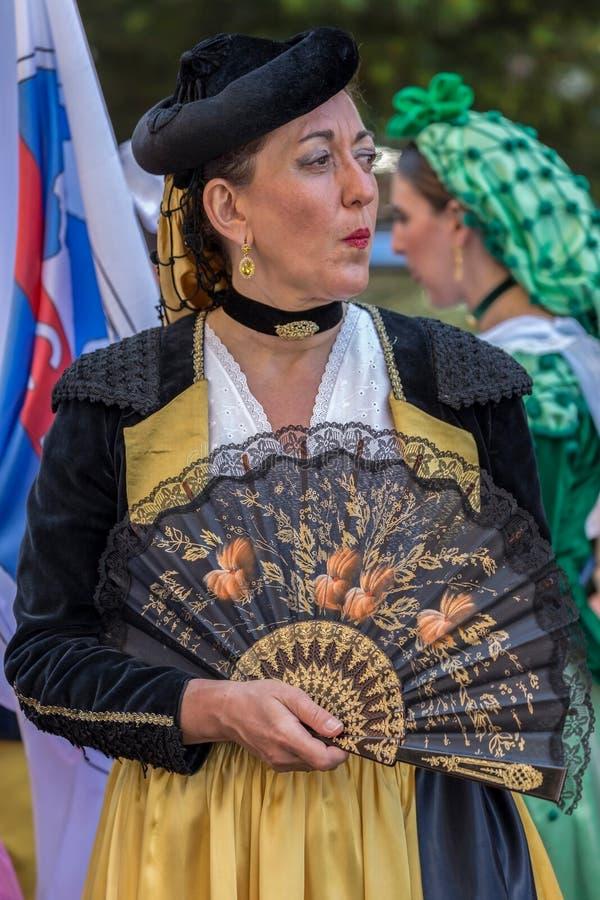 Mogen dansarekvinna från Spanien i traditionell dräkt royaltyfria bilder