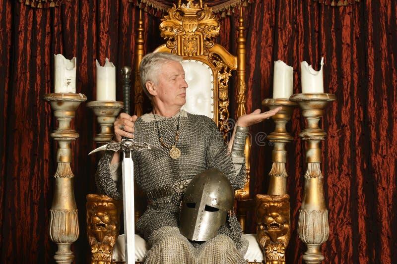 Mogen eftertänksam medeltida riddare royaltyfri fotografi