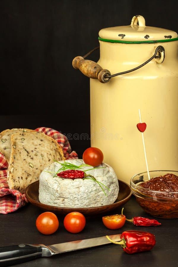 Mogen formost för hemhjälp Isolerade objekt Aromatisk ost med formen arkivfoton