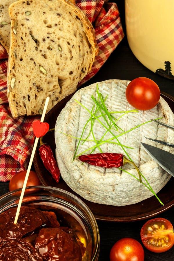 Mogen formost för hemhjälp Isolerade objekt Aromatisk ost med formen arkivfoto