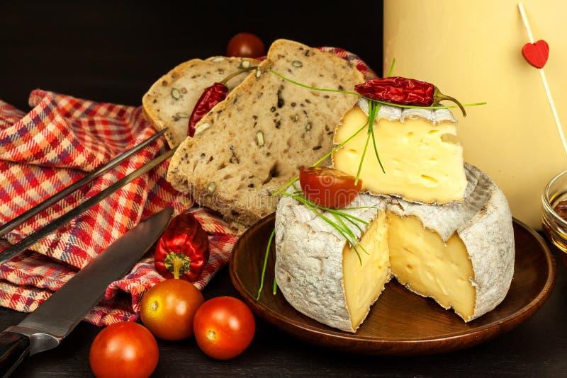 Mogen formost för hemhjälp Isolerade objekt Aromatisk ost med formen arkivbilder