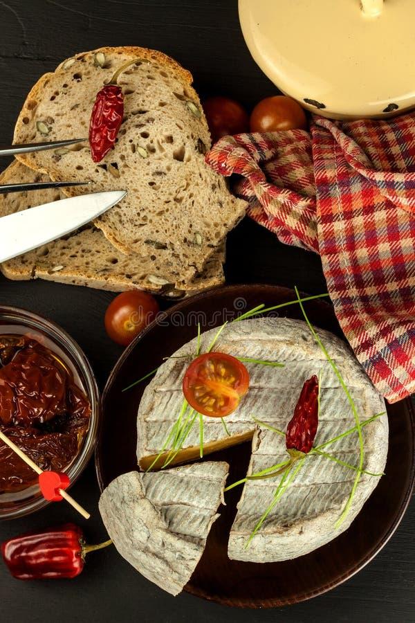 Mogen formost för hemhjälp med tomater Isolerade objekt Aromatisk ost med formen royaltyfri foto