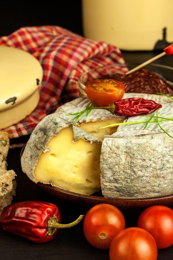 Mogen formost för hemhjälp med tomater Isolerade objekt Aromatisk ost med formen arkivbilder