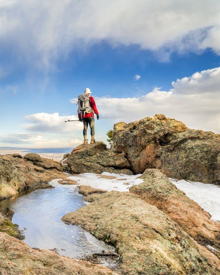 Mogen fotvandrare på en bergkant fotografering för bildbyråer