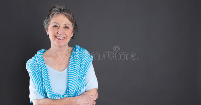 Mogen härlig kvinna - äldre kvinna som isoleras på svart backgroun fotografering för bildbyråer