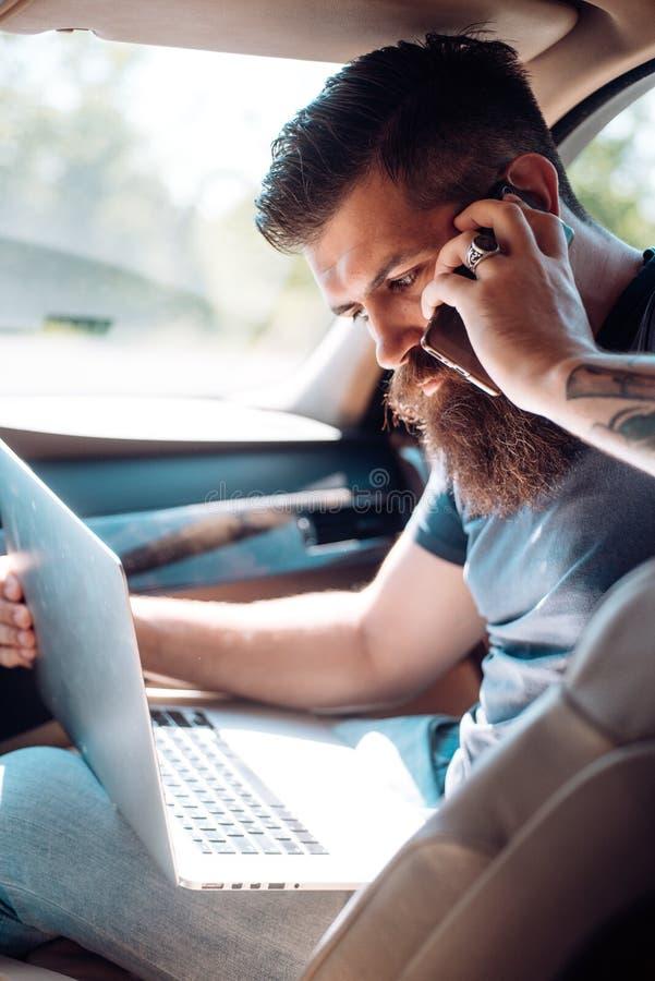Mogen hipster med skägget taxa Trafikstockning på vägen Tid din bilmatningsbensinstation skäggig man Manlig barberareomsorg Bruta arkivfoton