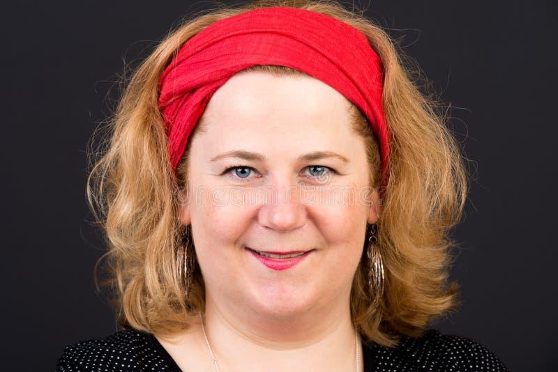 Mogen kvinna för attraktiv röd haired lite överviktig europé med royaltyfri foto