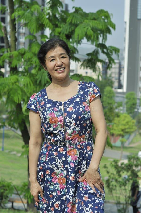 Mogen kvinna för härlig asiat arkivbilder