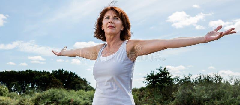 Mogen kvinna för strålpunkt i harmoni med naturen arkivfoton