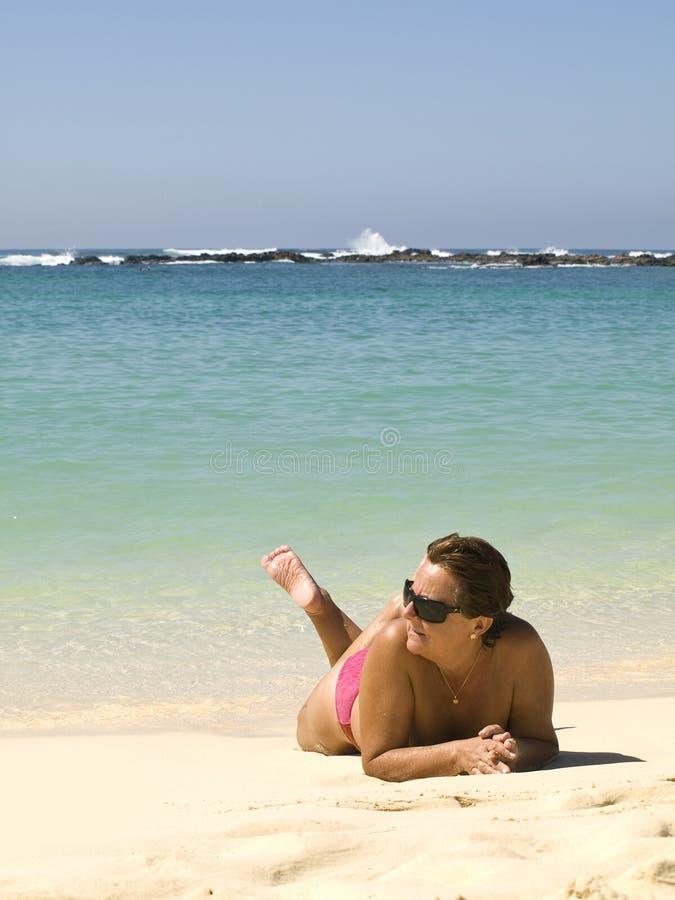 mogen kvinna för strand royaltyfri fotografi
