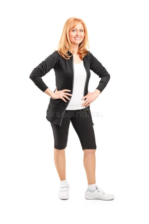 Mogen kvinna med att posera för cyklistkortslutningar arkivfoton