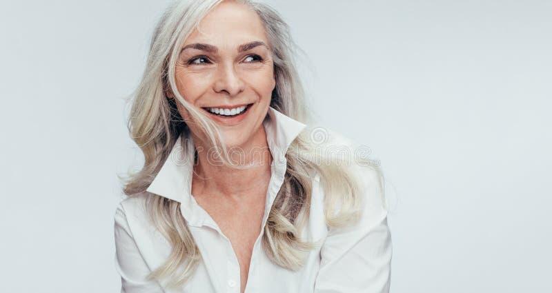 Mogen kvinna med h?rligt leende royaltyfria foton