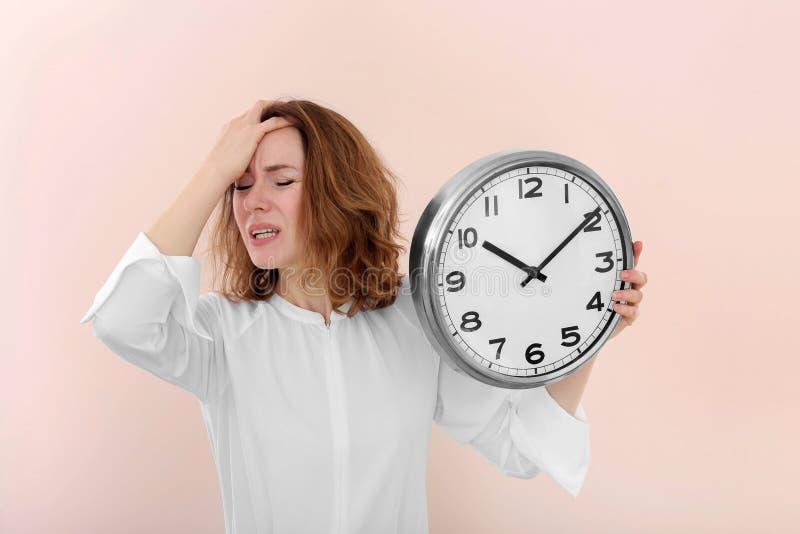 Mogen kvinna med klockan på färgbakgrund Begrepp f?r Tid ledning fotografering för bildbyråer