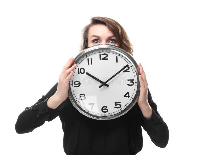Mogen kvinna med klockan på vit bakgrund Begrepp f?r Tid ledning fotografering för bildbyråer