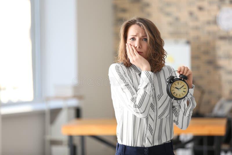 Mogen kvinna med ringklockan i regeringsställning Begrepp f?r Tid ledning fotografering för bildbyråer