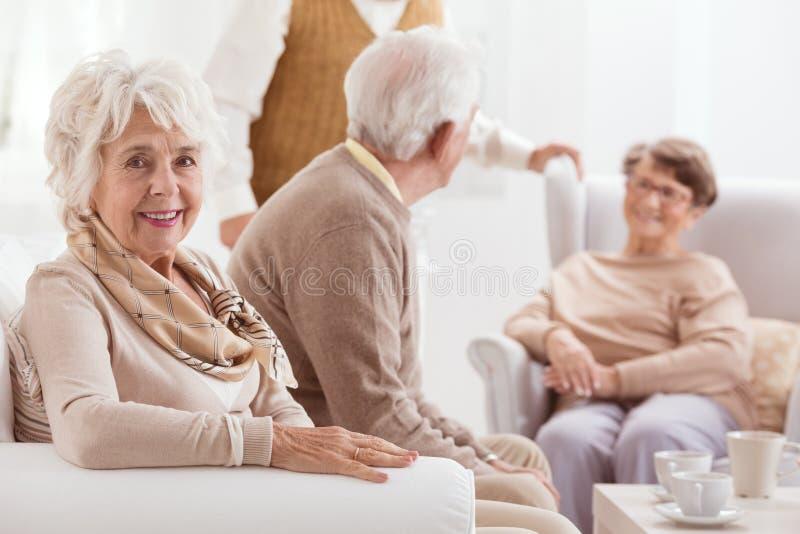 Mogen kvinna och hennes vänner arkivbilder