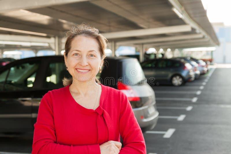 Mogen kvinna på parkering arkivfoto