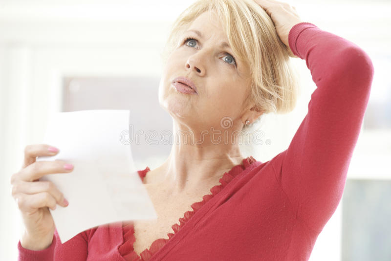 Mogen kvinna som erfar varm spolning från klimakterium royaltyfri bild