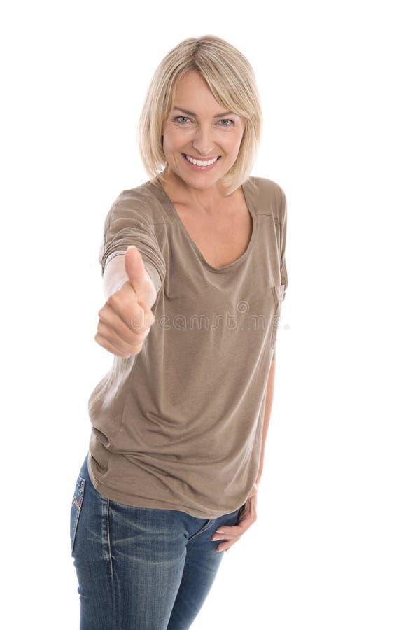 Mogen kvinna som ger tummar upp tecknet som isoleras på vit bakgrund royaltyfri bild
