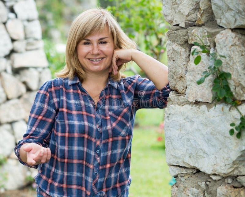 Mogen kvinnaträdgård fotografering för bildbyråer