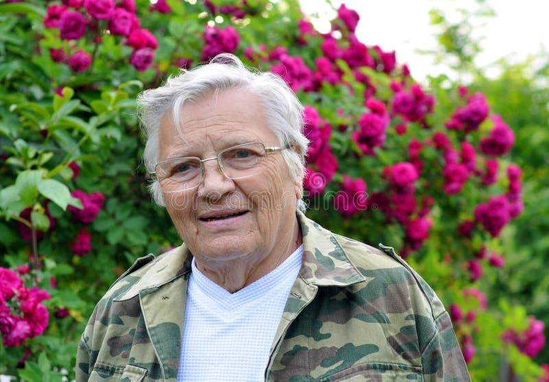 Mogen kvinnaträdgårdsmästare som ser hänsynsfullt lämnad royaltyfria foton