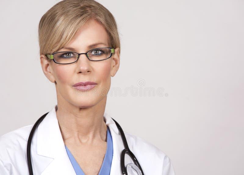Mogen kvinnlig doktor royaltyfria bilder