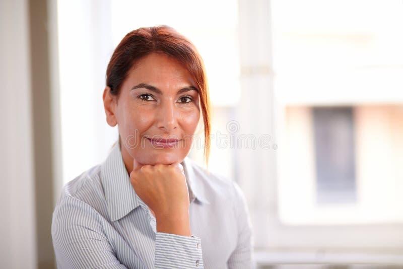 Mogen latinamerikansk affärskvinna som ser dig fotografering för bildbyråer