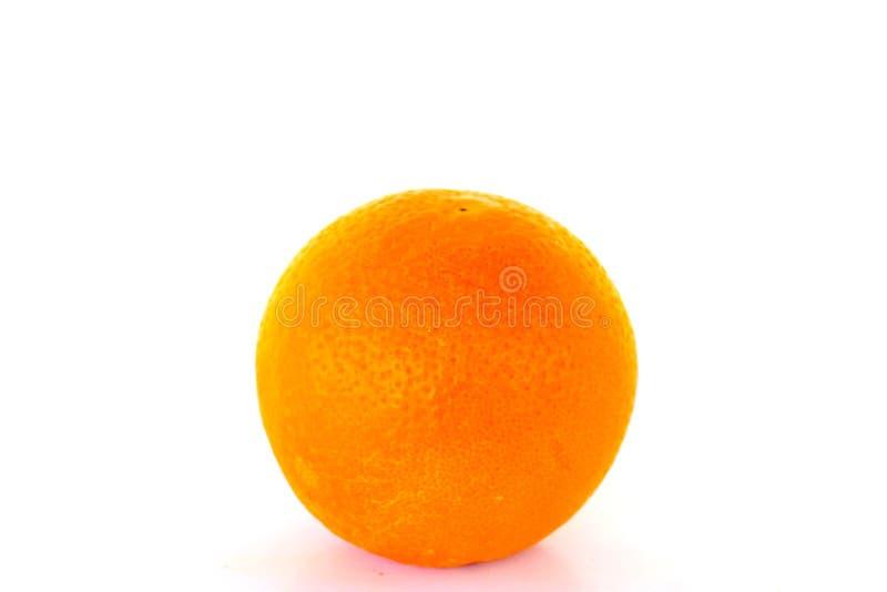 Mogen ljus orange apelsin på vit bakgrund royaltyfria bilder