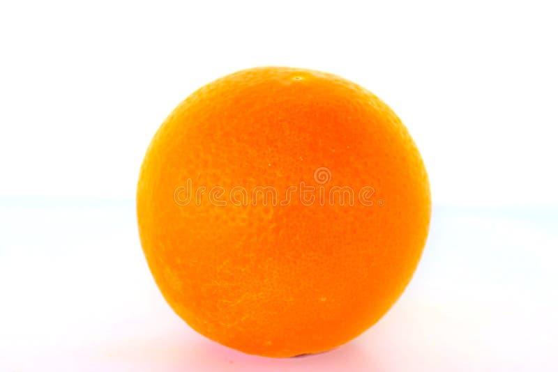 Mogen ljus orange apelsin på vit bakgrund royaltyfri fotografi