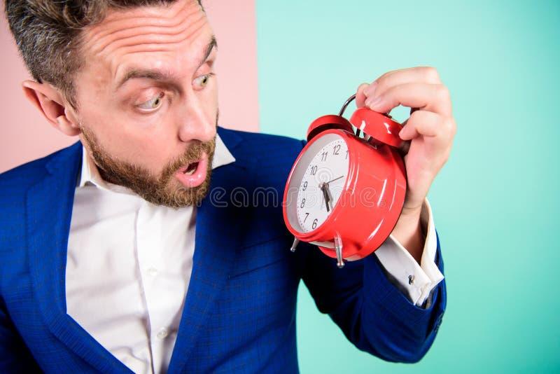 Mogen man med att undra Affärsmannen har brist av tid Tid ledningexpertis Hur mycket tid lämnade brukar stopptid Tid fotografering för bildbyråer